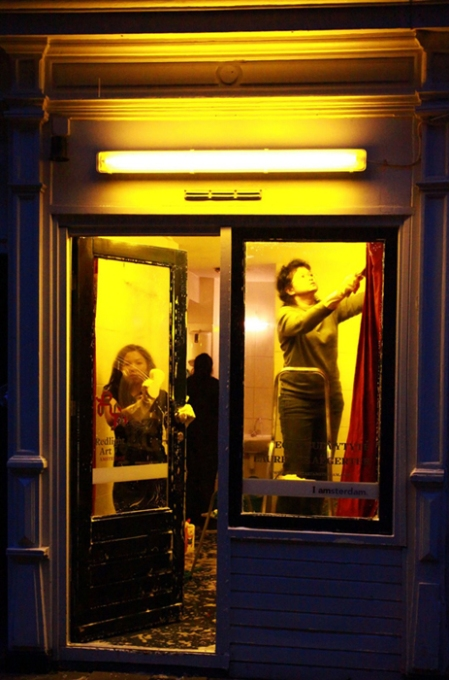 Symbolische performance ter gelegenheid van de opening van het residency project. De peeskamer wordt schoongewassen.