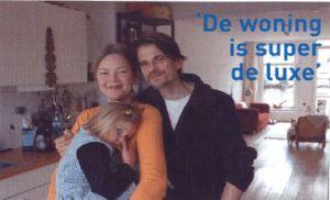 Fig 4 Buurtpromotie: een gelukkig gezin in opgeleverde nieuwe koopwoning. Bron: de Wereldwijkkrant nr 7 mei 2005