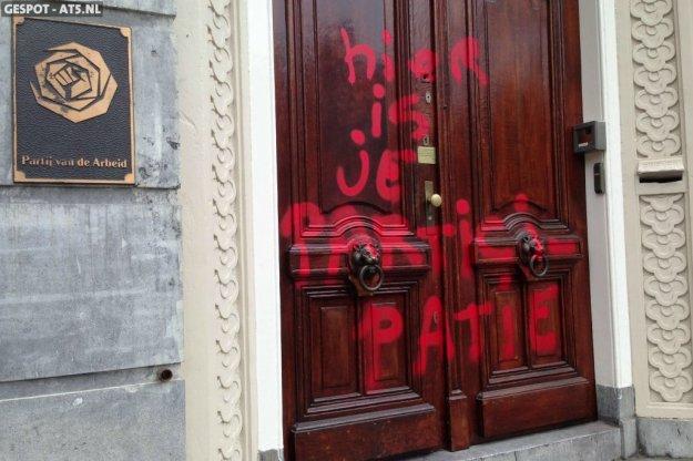 Kort na de Troonrede werd het partijbureau van de PvdA beklad